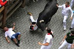 Tori incornano due turisti a Pamplona