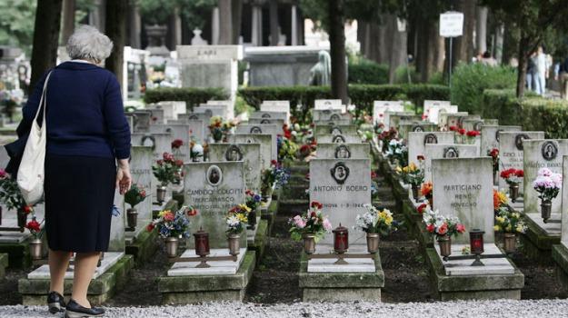 cimitero, donna testa fracassata, Sicilia, Archivio