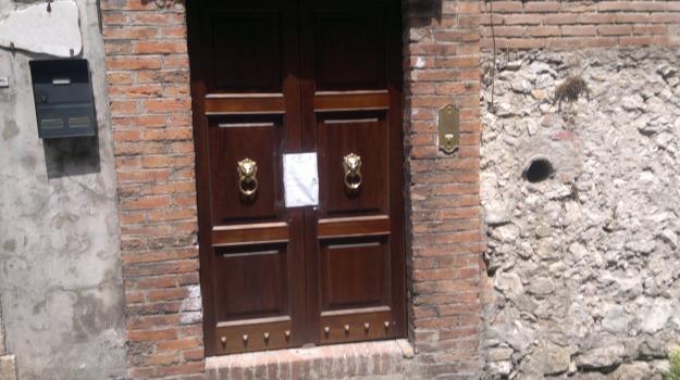 ragazza divano, taormina, Messina, Archivio