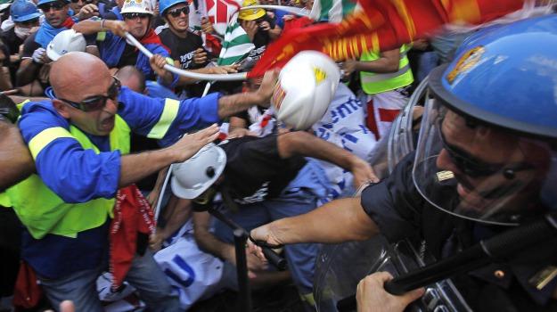 alcoa, bombe carta, ferito, forze dell'ordine, manifestanti, roma, scontri, Sicilia, Archivio, Cronaca