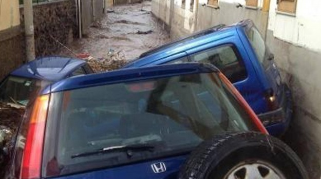 alluvione, alunni, canneto, fuga, lipari, scuola media, sommerse auto, Sicilia, Archivio