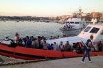 Continuano gli sbarchi a Lampedusa: un migliaio di persone nell'hotspot