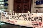 Roma, blitz di studenti davanti alla sede del Parlamento Ue