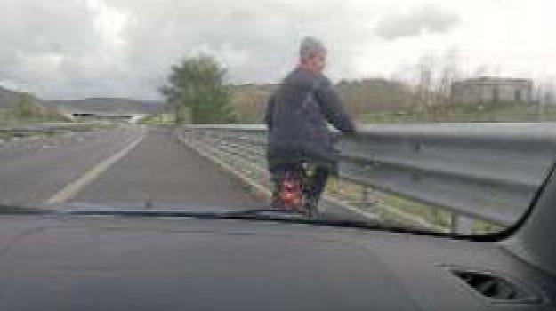 ciclista in autostrada, Catanzaro, Calabria, Archivio