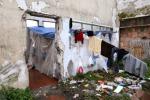 Via alla demolizione delle baracche dei migranti