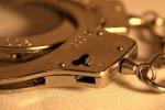 """Prete """"gioca"""" con le manette: s'intrappola e chiede aiuto alla polizia"""