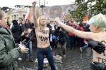 Femen a seno nudo contro il Papa