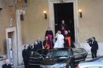 Papa Francesco saluta gli studenti