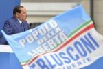 """Berlusconi """" Io resto qui"""" Tensione a in piazza"""
