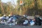 Strade ricolme di rifiuti istantanee di un'emergenza
