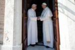 Papa Francesco abbraccia Ratzinger