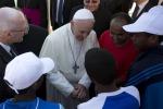 Papa Francesco commosso dai profughi