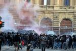 Bombe carta contro blindati scontri davanti ministeri
