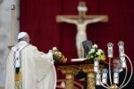 Il Papa s'inchina alle ossa di San Pietro