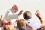 Il Papa: dalle coppie gay nuove sfide educative