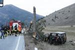 Pulmino contro albero muore 15enne, 7 feriti