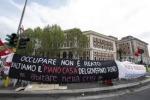 Corteo per la casa Attivisti lanciano due bombe carta