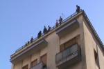 Sgombero edificio in azione 200 agenti