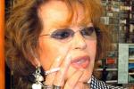 Claudia Cardinale schiaffeggia una hostess