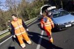 Falciato via furgone mentre toglie le erbacce, muore 71enne