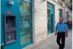 Assaltano alle spalle impiegato in banca e portano via 80mila euro