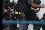 Guerriglia urbana tra manifestanti e polizia locale