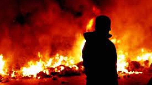 auto incendiata, camigliatello, denuncia, Calabria, Archivio