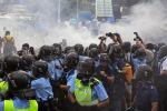 Hong Kong, lacrimogeni sui manifestanti