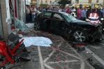Auto travolge ragazzi in un bar, quattro morti