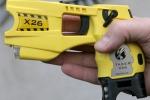 Pistola elettrica alla polizia