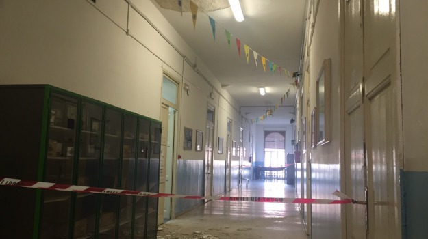 crollo al caio duilio sospese le lezioni, intonaco, Messina, Archivio