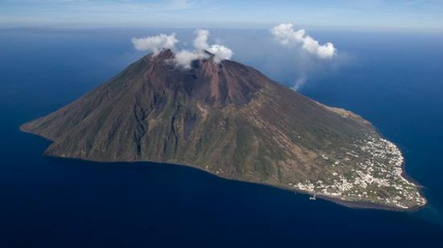 eruzione terremoto etna, pontile Ginostra, vulcano stromboli, Messina, Sicilia, Cronaca