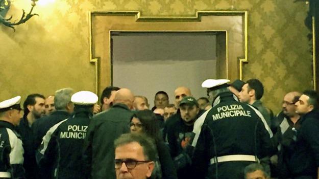 Consiglio comunale rinviato, Protesta netturbini, ragusa, Sicilia, Archivio