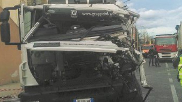 Scalo di Pietrapaola, scontro tra camion, ss 106, Cosenza, Archivio