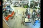 VIDEO: Le indagini sull'incendio del negozio