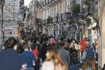 """Concerti e pienone d'agosto, l'assedio del """"mordi e fuggi"""" a Taormina"""