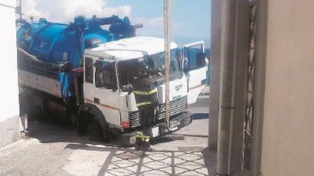 camion in buca, Messina, Archivio