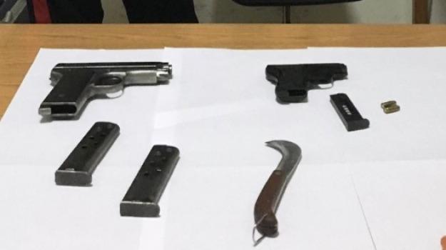 Armi in macchina, Arrestato dai carabinieri, pistole, vittoria, Sicilia, Archivio