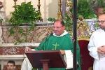 Don Santino legge a Messa la sua lettera