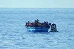 Migranti, barchino alla deriva al largo Lampedusa: a bordo una dozzina di persone