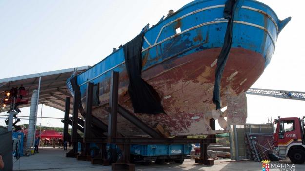 barcone affondato, melilli, Sicilia, Archivio