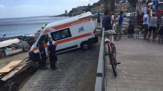 ambulanza, messina, spiaggia, Messina, Archivio