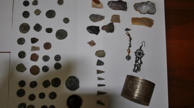 custoditi in casa, reperti archeologici, scordia, Sicilia, Archivio