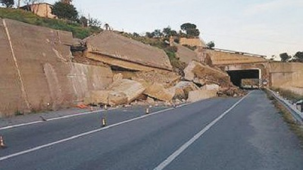 muro crollato, ss 106, statale 106, Reggio, Archivio