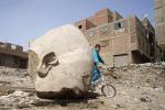 Foto: la statua gigante di Ramses II trovata in una baraccopoli
