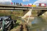 Foto: l'auto nelle acque del fiume, morta una donna