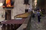 Edificio in fiamme, salva una famiglia - VIDEO