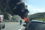 Pullman in fiamme sulla Salerno-Reggio
