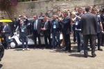 Trump al teatro greco: la stretta di mano con Gentiloni