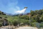 Incendi, le spettacolari immagini dei voli dei canadair